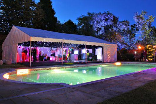 Para quem vai fazer uma festa noturna, uma boa iluminação é essencial
