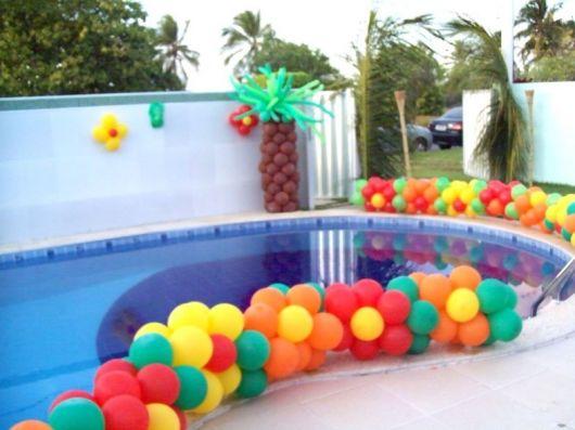 Veja como é simples montar e decorar uma festa infantil na piscina usando balões coloridos