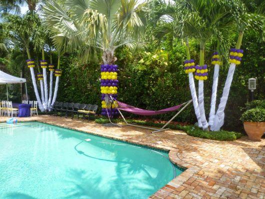 As árvores ao redor da piscina podem ser decoradas com balões e outros acessórios