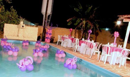 Espalhe as bexigas nas mesas e faça esculturas para deixar no meio da piscina