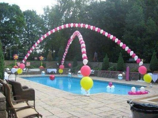 Esse arco é bem simples de fazer e ajuda a incrementar a decoração de uma festa na piscina infantil