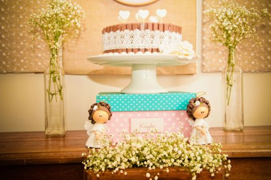 mesa de batismo com estampas de anjos