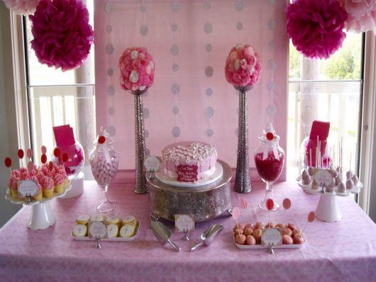 mesa de batismo rosa e vermelho