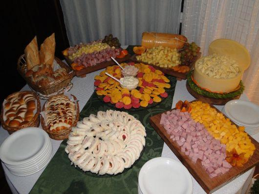mesa com pães e frios
