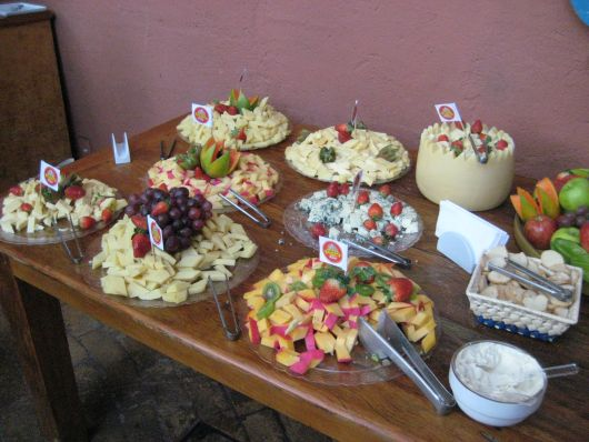 mesa simples com frutas