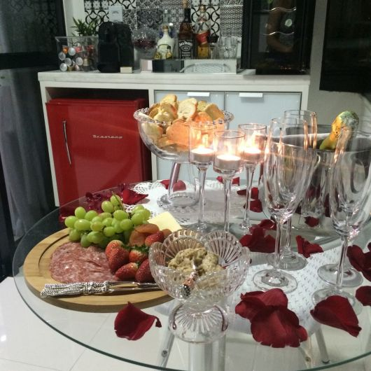 mesa de frios com rosas vermelhas