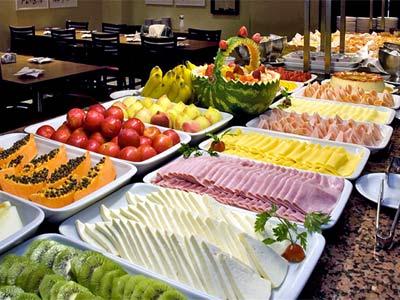 mesa de frutas com frios