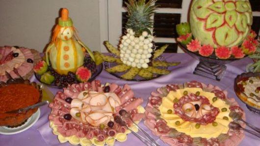 mesa de frutas e frios