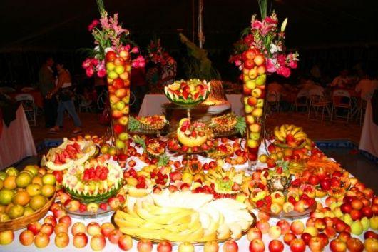 mesa de frutas para baile luau