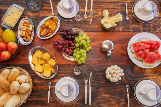 mesa de frutas para cafe