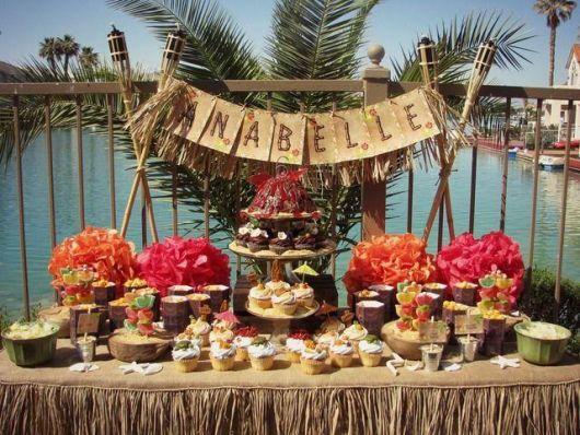 mesa de frutas para festa tropical