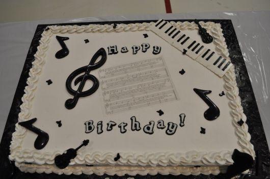 bolo-com-notas-musicais-chantilly
