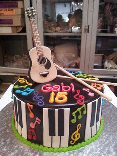 bolo-com-notas-musicais-colorido