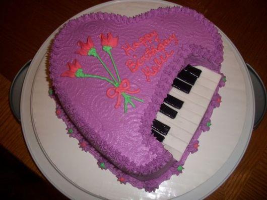 bolo-com-notas-musicais-de-chantilly