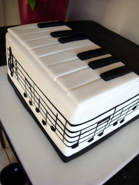bolo-com-notas-musicais-pequeno-piano