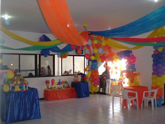 Decoraç u00e3o com TNT para Festas Dicas e + de 70 ideias! # Decoração De Festa Com Balões No Teto