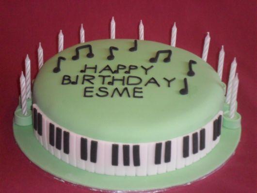 piano-bolo-com-notas-musicais