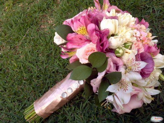 buquê de astromélia com rosas brancas