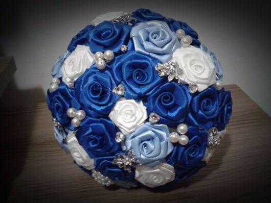 buquê de cetim com pérolas e flores azuis