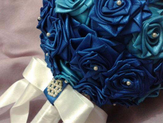 buquê de cetim com pérolas azul