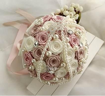 buquê de cetim com rosas e pedras