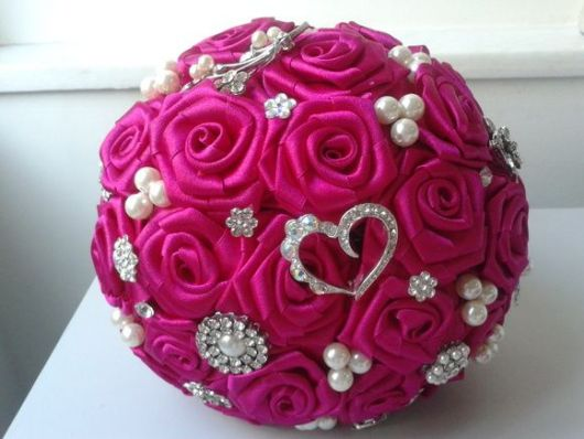buquê de cetim de rosas com ornamentos