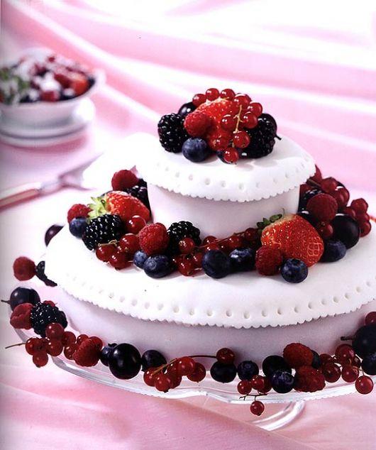 Bolo Decorado com Frutas branco