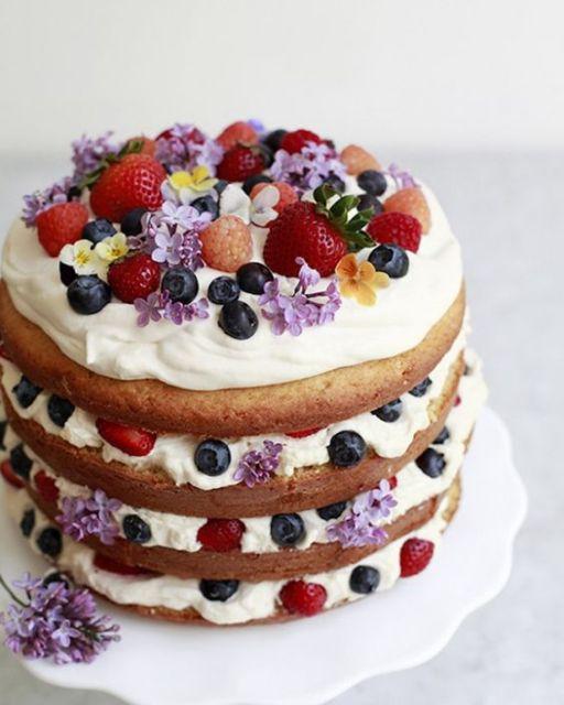 Bolo Decorado com Frutas com flores roxas