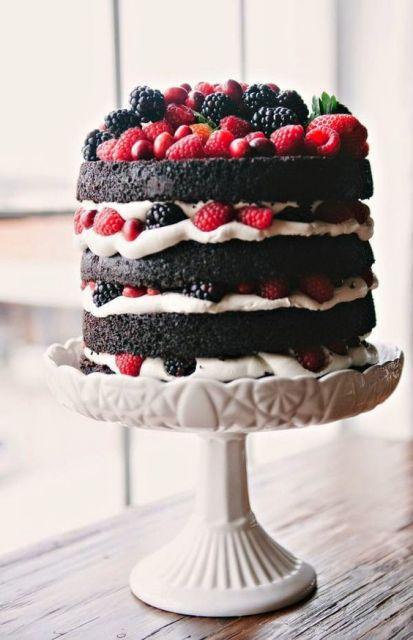 Bolo Decorado com Frutas vermelhas e chocolate