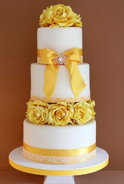 bolo com flores amarelas