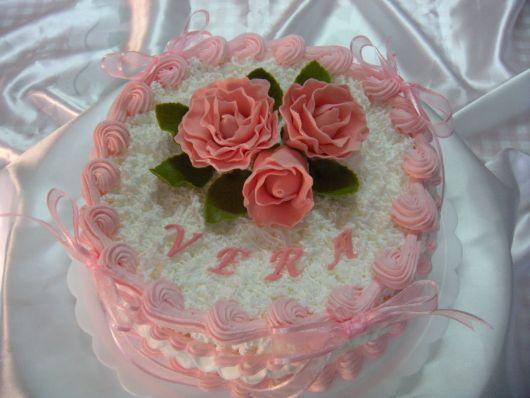 bolo com flores chantilly