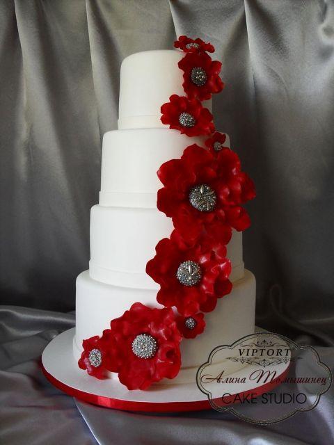 bolo com flores vermelhas