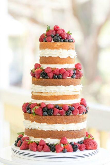 bolo de frutas vermelhas de 3 andares