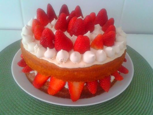 bolo de morango e suspiros