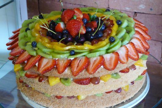 bolo de frutas tropicais