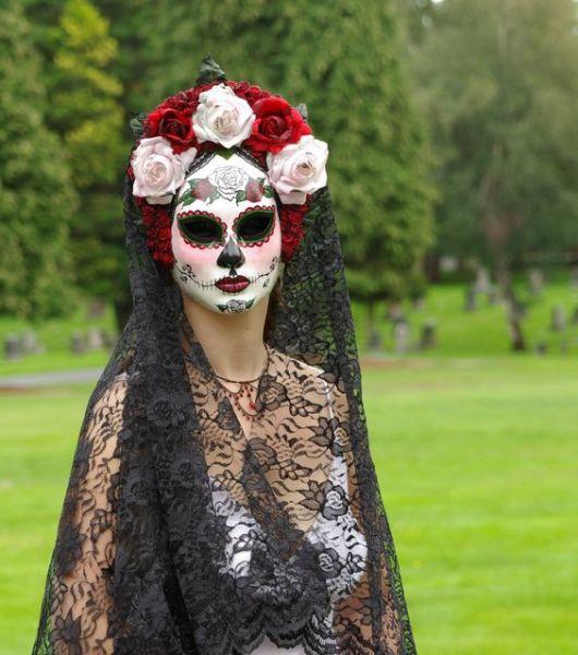 ... a simbologia da caveira mexicana. Afinal esse tipo de composição lembra  bastante as viúvas com estilo mexicano e as vestes das pessoas que  homenageiam ... a0444d86eac
