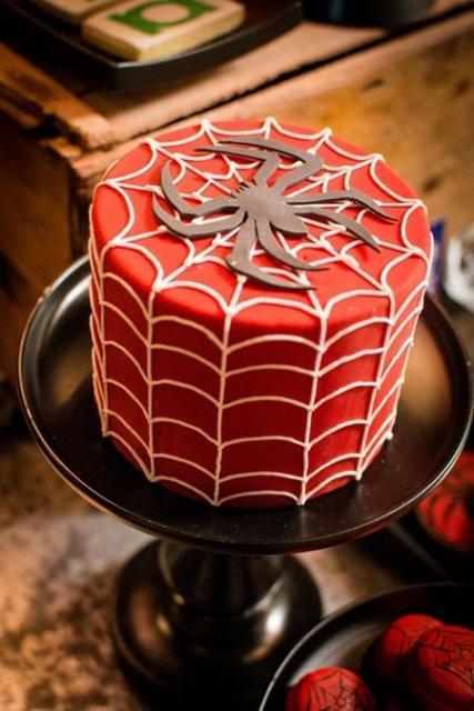 Bolo vermelho com símbolo do Homem-Aranha