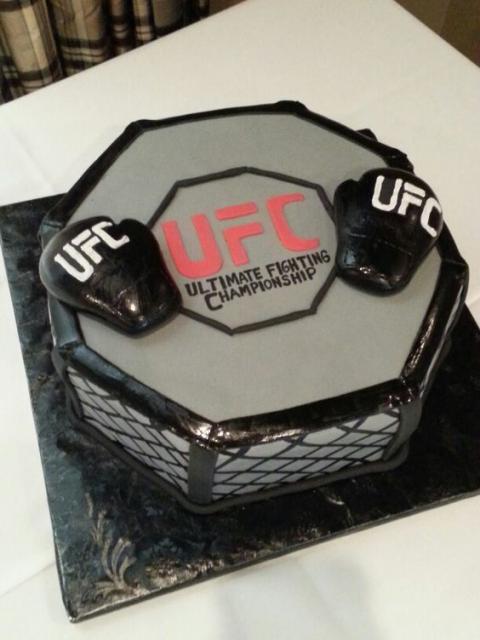 Bolo com decoração de um octógono de UFC