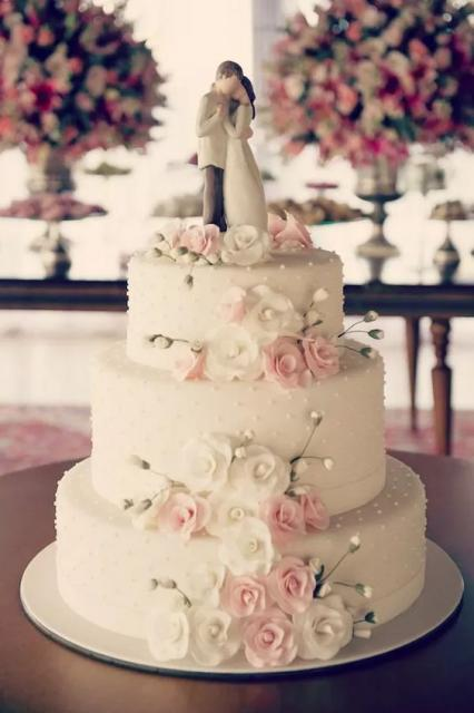 Bolo de casamento branco com decoração de flores rosas