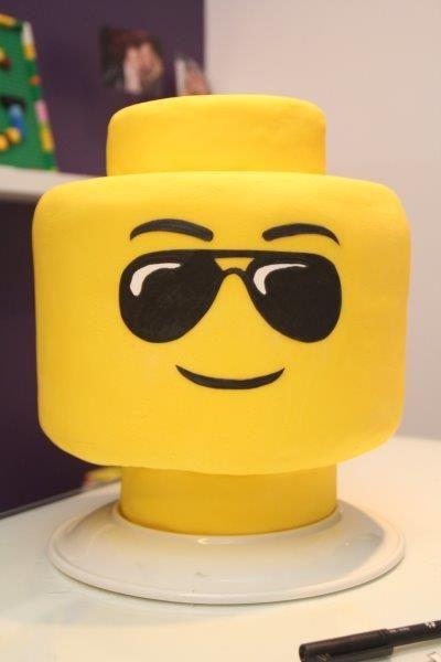 Bolo amarelo feito de cabeça de lego