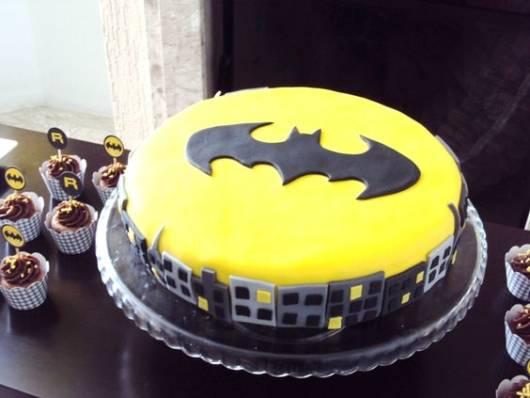 Bolo amarelo e preto com símbolo do Batman