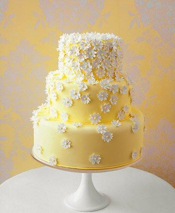 Bolo amarelos com flores brancas