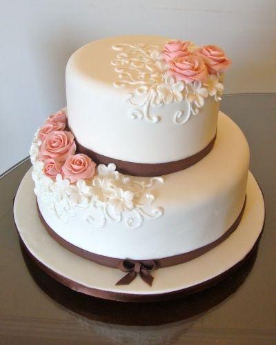 Bolo com camada branca e decoração em rosa e marrom