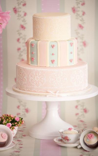 Bolo com três andares na cor rosa e com decoração de renda