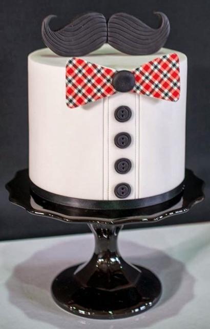 Bolo decorado com gravata e botões