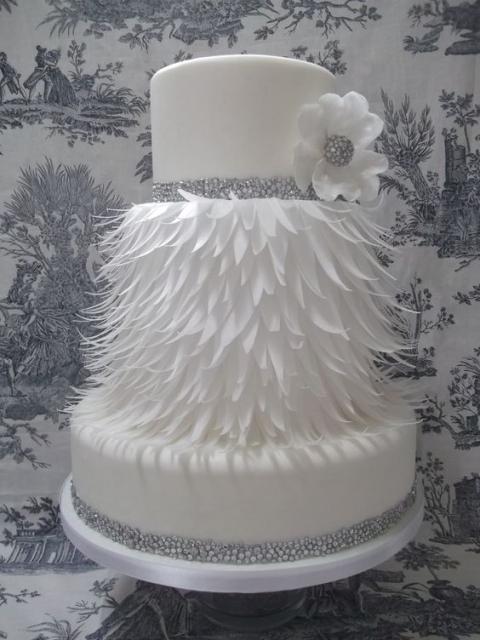 """Bolo branco com """"plumas"""" feito de pasta americana"""