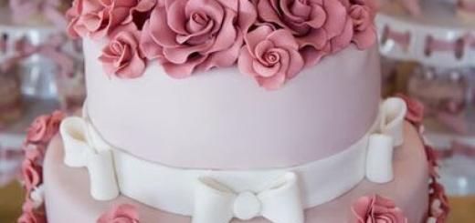 Bolo rosa de dois andares com flores rosa pink
