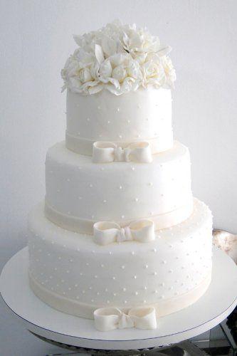 Bolo de casamento branco feito com pasta americana