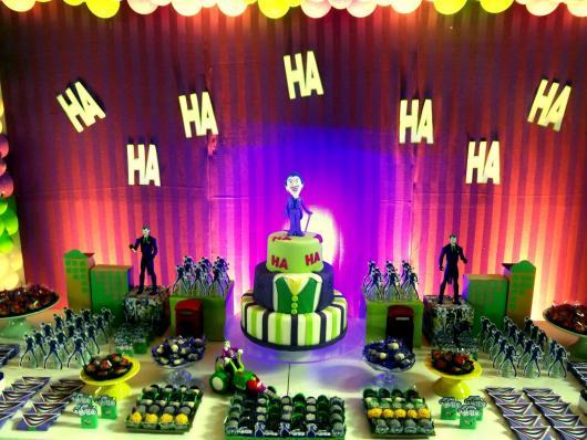Mesa de doces com decoração com tema do Coringa