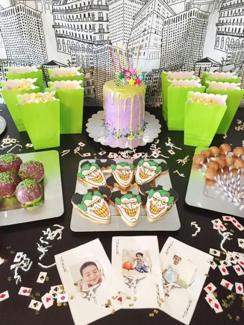 Mesa de doces na cor verde com decoração do Coringa